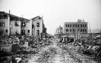 (11)大手町筋にあった毎日新聞広島支局の焼け跡前から北を撮影。左奥は広島瓦斯(現広島ガス)本社、右奥の手前から広島銀行集会所、日本生命広島支店、三和銀行広島支店(爆心地から290メートル)=広島市大手町3丁目(現広島市中区大手町2丁目)1945年8月9日、広島平和記念資料館(原爆資料館)検証