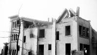(12)広島瓦斯(現広島ガス)本社の南面。爆心地から至近距離にあった建物は南西の角を残して崩壊、全焼した。火災は2日間続いたという(爆心地から210メートル)=広島市大手町3丁目(現広島市中区大手町2丁目)1945年8月9日、広島平和記念資料館(原爆資料館)検証