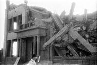 (12)広島瓦斯(現広島ガス)本社の北東角から南西を撮影。バルコニーを支える柱が残っている部分が正面玄関。爆心地から至近距離にあった建物は南西の角を残して崩壊、全焼した。火災は2日間続いたという(爆心地から210メートル)=広島市大手町3丁目(現広島市中区大手町2丁目)1945年8月9日、広島平和記念資料館(原爆資料館)検証