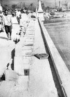 (15)爆風で欄干が吹き倒された常葉橋を西から撮影。多くの人々が往来している(爆心地から1550メートル)=広島市の常葉橋西詰め(現広島市中区東白島町)で1945年8月9日、広島平和記念資料館(原爆資料館)検証