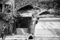 (17)土塀が割れ、半壊した家屋。二葉山南西側のふもと付近とみられる(爆心地から1600メートル)=広島市二葉の里(現広島市東区二葉の里、丁目は特定できず)で1945年8月9日、広島平和記念資料館(原爆資料館)検証