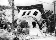 (17)倒壊した家屋。二葉山ふもとと考えられる(爆心地から1600メートル)=広島市二葉の里(現広島市東区二葉の里)で1945年8月9日、広島平和記念資料館(原爆資料館)検証