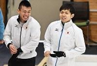【冬季アジア大会カーリング男子1次リーグ】【日本11―3台湾】第5エンド、好ショットに笑顔を見せるスキップ・両角友佑(右)。左はサード・清水徹郎=札幌市のどうぎんカーリングスタジアムで2017年2月18日、山崎一輝撮影