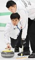 【冬季アジア大会カーリング男子1次リーグ】【日本11―3台湾】第6エンド、ショットを放つスキップ・両角友佑(左)。右はセカンド・山口剛史=札幌市のどうぎんカーリングスタジアムで2017年2月18日、山崎一輝撮影