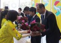 歓迎セレモニーで花束を贈られるジェフユナイテッド市原・千葉の(右から)エスナイデル監督と町田也真人、北爪健吾両選手=千葉市役所で