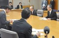 三反園知事(左端)らに国の指針を説明する田中委員長(右端)