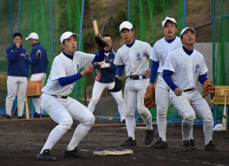 守備練習に励む内野手。ポジション争いは激しい=神戸市垂水区の神戸国際大付で-photo