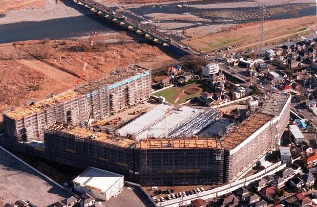東京・多摩川沿いの巨大マンション=2002年撮影