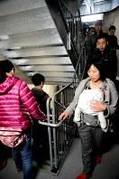 スカイツリー内の階段を黙々と下る避難訓練の参加者=墨田区押上1の東京スカイツリーで
