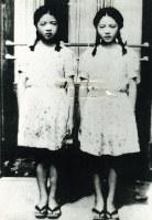 2人で歌っていたカフェの入り口前に立つ、銭函時代のこまどり姉妹。右から姉の栄子、妹の敏子=1949年秋、本人提供