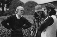 鈴木清順さん(映画監督、左)と(右から)原田芳雄さん、大楠道代さん=東京・日比谷で1981年2月26日撮影