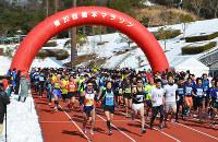 一斉にスタートするハーフマラソンの出場者たち=和歌山県橋本市の市運動公園で、松野和生撮影