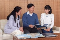 Crown Prince Naruhito talks with his family while looking at a map at the Togu Palace in Minato Ward, Tokyo, on Feb. 12, 2017. (Photo courtesy of the Imperial Household Agency)