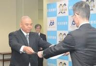 表彰を受ける野中巡査部長(左)=新潟市中央区で