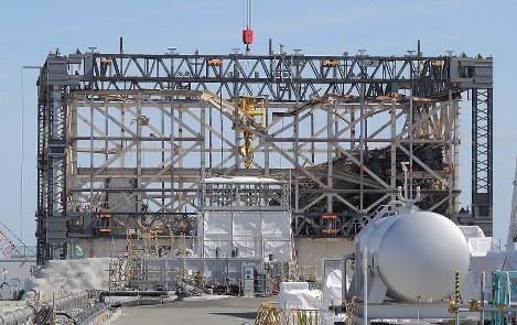 建屋カバーが撤去され、骨組みがむき出しになった東京電力福島第1原発1号機=福島県大熊町で2017年2月24日午後0時21分、宮武祐希撮影