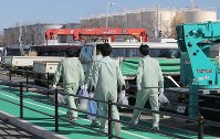 Workers walk in regular work clothes at TEPCO's Fukushima No. 1 Nuclear Power Plant in the town of Okuma, Fukushima Prefecture, on Feb. 24, 2017. (Mainichi)