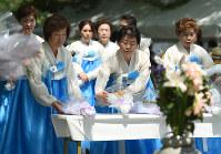 韓国人原爆犠牲者慰霊碑に献花する人たち=広島市中区の平和記念公園で2016年8月5日午前10時49分、久保玲撮影