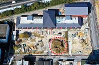 森友学園に売却された国有地で建設が進む小学校。校庭予定地には学園と業者が「仮置きしている」とする土砂の山(点線部分)がある=大阪府豊中市で27日、本社ヘリから幾島健太郎撮影