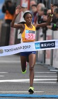 Sarah Chepchirchir of Kenya breaks Japan's national record for women's marathons as she wins the women's marathon in Tokyo's Chiyoda Ward on Feb. 26, 2017. (Mainichi)