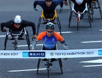 Sho Watanabe, front, wins the men's wheelchair event in Tokyo's Chiyoda Ward on Feb. 26, 2017. (Mainichi)