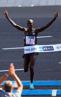 Wilson Kipsang wins the men's marathon in Tokyo's Chiyoda Ward on Feb. 26, 2017. (Mainichi)