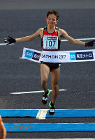 Hiroto Inoue finishes in eighth position in the men's marathon in Tokyo's Chiyoda Ward on Feb. 26, 2017. (Mainichi)