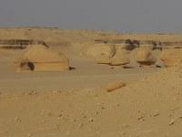 ワディ・アル・ヒタンに点在する奇岩。風で削られて、形状が変化した=秋山信一撮影