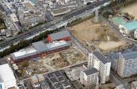 「森友学園」に売却された国有地で建設が進む「瑞穂の国記念小学院」(左手前)=大阪府豊中市で2017年2月24日、本社ヘリから森園道子撮影