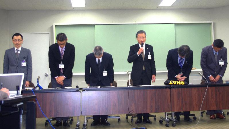 ジャンパーの経緯を説明し、頭を下げる小田原市の職員=市役所で2017年1月17日、澤晴夫撮影