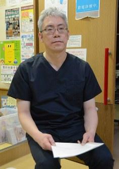 意見書を提出する佐藤直司さん=札幌市で