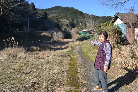 かつてのホームから水俣方面を指さす村上さん