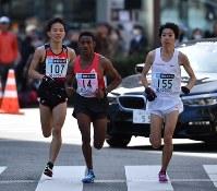 東京マラソンの38キロ付近で、井上(左)と並走する設楽(右)=代表撮影