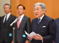 空港の貴賓室でお言葉を述べられる天皇陛下=羽田空港で2017年2月28日午前10時43分、代表撮影