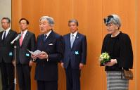 空港の貴賓室でお言葉を述べられる天皇陛下と皇后さま=羽田空港で2017年2月28日午前10時42分、代表撮影