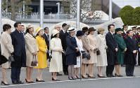 天皇、皇后両陛下をお見送りになる皇太子ご夫妻、皇族方、安倍晋三首相夫妻=羽田空港で2017年2月28日午前11時7分、猪飼健史撮影