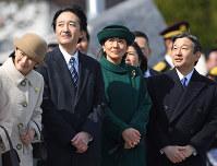 天皇、皇后両陛下をお見送りになられた皇太子ご夫妻と秋篠宮ご夫妻=羽田空港で2017年2月28日午前11時半、猪飼健史撮影