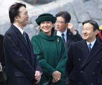 天皇、皇后両陛下をお見送りになられた皇太子ご夫妻と秋篠宮さま=羽田空港で2017年2月28日午前11時29分、猪飼健史撮影