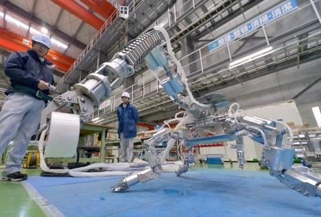 福島第1原発内での作業を想定して製作された筋肉ロボット(クモ型)=広島市佐伯区で2017年2月28日午後3時22分、山田尚弘撮影