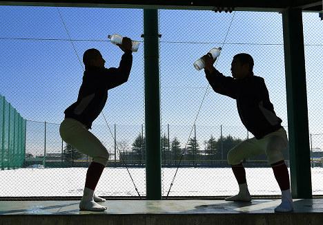 雪でグラウンドが使えない中、ペットボトルに水を入れた自作のダンベルでトレーニングをする選手たち=富山県高岡市で2017年1月28日、三浦博之撮影-photo