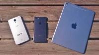 左から、ジェイコムの指定端末「LG X screen」、iPhone7、iPad pro=2017年2月25日、田中学撮影