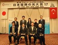 大賞に選ばれたNPO法人「TEDIC」の門馬優代表(前列左)ら受賞者と審査員