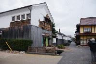 壁が崩れた白壁土蔵群の赤瓦三号館=鳥取県倉吉市で、李英浩撮影