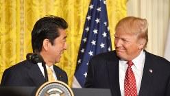 握手の後、笑顔で見合う安倍首相(左)とトランプ米大統領=2017年2月10日、西田進一郎撮影
