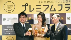 プレミアムフライデーを迎え、乾杯する女優の橋本マナミさんら=2017年2月24日、中村藍撮影