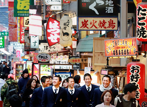 ほとんどが寮生活を送る野球部員。自分たちの好きなものを食べたり、自主的に計画を立て行動することを学ぶため、大阪・ミナミの繁華街を歩く神戸国際大付の選手たち=大阪市中央区で2017年2月5日、貝塚太一撮影-photo