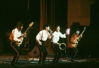 解体のために閉鎖される日劇で、1981年(昭和56年)1月22日から25日までの4日間、「サヨナラ日劇ウェスタンカーニバル」の公演が行なわれた。ロックンローラーの内田裕也さんがプロデュースし、ザ・タイガース、ザ・スパイダース、ブルーコメッツなどのグループサウンズが再結成されて出演、GS黄金時代を再現した。ロカビリー時代の歌手らも出演し、最後のウェスタンカーニバルは熱狂の中、幕を閉じた。再結成して「サヨナラ日劇ウェスタンカーニバル」に出演したザ・スパイダース。左からかまやつひろしさん、堺正章さん、井上順さん、井上堯之さん=東京都千代田区の日劇で1981年(昭和56年)1月、吉川秀子撮影