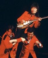 解体のために閉鎖される日劇で、1981年(昭和56年)1月22日から25日までの4日間、「サヨナラ日劇ウェスタンカーニバル」の公演が行なわれた。ロックンローラーの内田裕也さんがプロデュースし、ザ・タイガース、ザ・スパイダース、ブルーコメッツなどのグループサウンズが再結成されて出演、GS黄金時代を再現した。ロカビリー時代の歌手らも出演し、最後のウェスタンカーニバルは熱狂の中、幕を閉じた。再結成して出演したザ・スパイダース。かまやつひろしさんを担ぎ上げる堺正章さん(左)、井上順さん(右)=東京都千代田区の日劇で1981年(昭和56年)1月、吉川秀子撮影