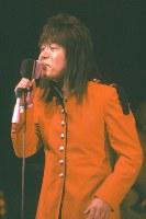 解体のために閉鎖される日劇で、1981年(昭和56年)1月22日から25日までの4日間、「サヨナラ日劇ウェスタンカーニバル」の公演が行なわれた。ロックンローラーの内田裕也さんがプロデュースし、ザ・タイガース、ザ・スパイダース、ブルーコメッツなどのグループサウンズが再結成されて出演、GS黄金時代を再現した。ロカビリー時代の歌手らも出演し、最後のウェスタンカーニバルは熱狂の中、幕を閉じた。再結成して「サヨナラ日劇ウェスタンカーニバル」に出演したザ・スパイダースのかまやつひろしさん=東京都千代田区の日劇で1981年(昭和56年)1月、吉川秀子撮影