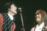 1989年(平成元年)6月10日、神奈川県横浜市の横浜アリーナで、懐かしいグループサウンズ(GS)のメンバーが集まって「タイガース・メモリアル・クラブ・バンドコンサート」が行なわれた。翌年大阪で開催される「花の万博」のいのちの塔建設運動PRのための公演で、ザ・タイガース、ザ・ワイルドワンズなどのメンバーが熱唱した。「タイガース・メモリアル・クラブ・バンドコンサート」のステージで歌う、元ザ・タイガースの沢田研二さん(左)。右は元ザ・スパイダースのかまやつひろしさん=神奈川県横浜市の横浜アリーナで1989年(平成元年)6月10日、滝雄一撮影
