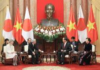 ベトナムのチャン・ダイ・クアン国家主席夫妻(右)と会見される天皇、皇后両陛下=ハノイの国家主席府で2017年3月1日午前11時1分、梅村直承撮影